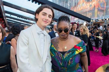 http://www.parismatch.com/People/Oscars-2018-Quand-Timothee-Chalamet-s-incruste-sur-les-photos-1473215